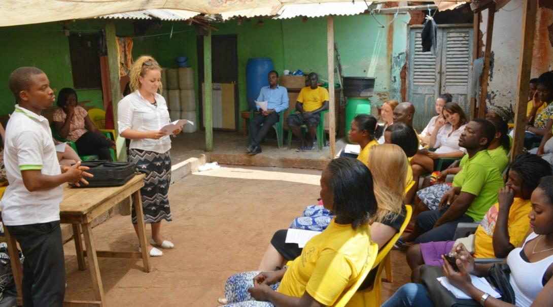 ガーナの人々に人権ワークショップを行うインターン